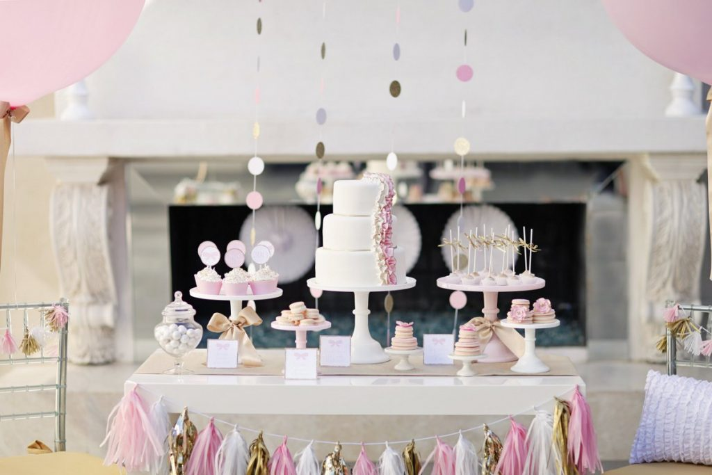 Dessert table in bianco, rosa e oro