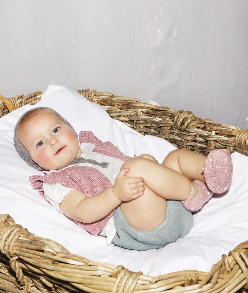 Vendo x inutilità un completo da neonato in lana fatto a mano all' uncinetto e composto da: pantaloni - golfino- scarpette e copertina che misura 70x90 Tanto tempo è stato impiegato per realizzarlo, perciò solo trattative serie e no mail.