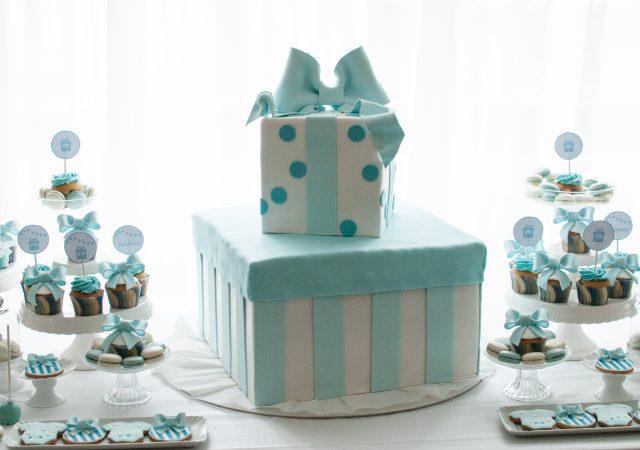 Battesimo in bianco e azzurro con fiocchi, pois e righine