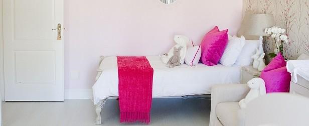 nursery in bianco e rosa